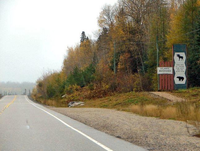 Señalización de la divisoria a lo largo de la Highway 101 en Ontario.